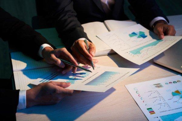 Menggunakan informasi dalam laporan keuangan